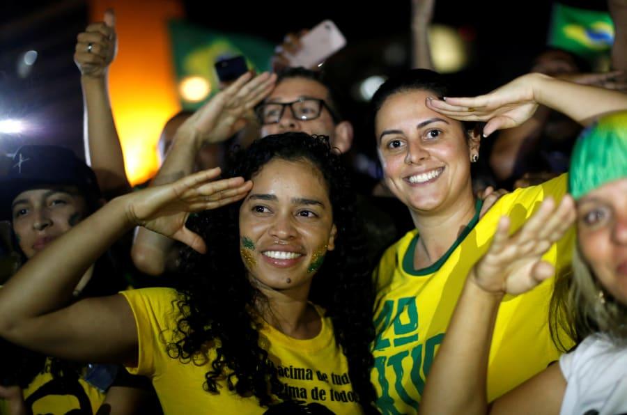 Militantes pró-Bolsonaro comemoram vitório do candidato do PSL nas urnas.