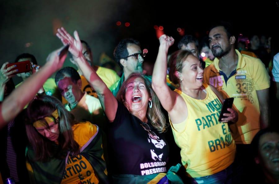 Apoiadores de Jair Bolsonaro comemoram seu favoritismo no 2º turno.