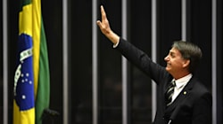 Bolsonaro vai a Brasília, mas ignora
