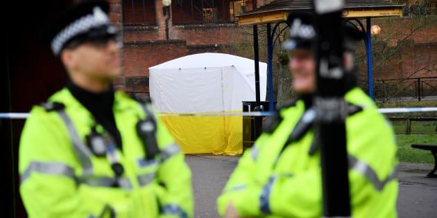 Oficiales de policía junto al lugar en el que fueron hallados Skripal y su hija.