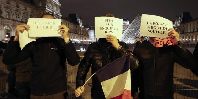 Les policiers ont annoncé la création d'une association pour structurer leur mouvement de colère. Depuis l'agression de quatre agents le 8 octobre dernier, les manifestations se poursuivent sur tout le territoire, comme en témoigne cette photo prise le 1er novembre devant le musée du Louvre à Paris.