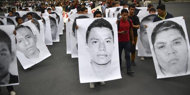Familiares y amigos de los 43 estudiantes de la normal de Ayotzinapa que desaparecieron en septiembre de 2014 realizan una manifestación para conmemorar 43 meses desde su desaparición en la Ciudad de México, el 26 de abril de 2018.