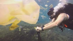 Il video del sub che nuota tra la plastica mostra come stiamo uccidendo il nostro