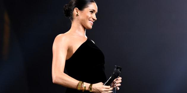 Meghan Markle est venue remettre le prix de la meilleure styliste britannique de l'année à Clare Waight Keller, directrice artistique de la maison Givenchy.