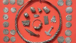 Un niño y un aficionado a la arqueología descubrieron un tesoro vikingo enterrado hace más de mil