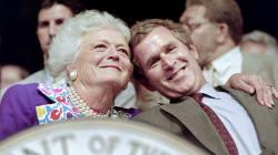 Barbara Bush, femme et mère de président, arrête son traitement médical et va suivre des soins