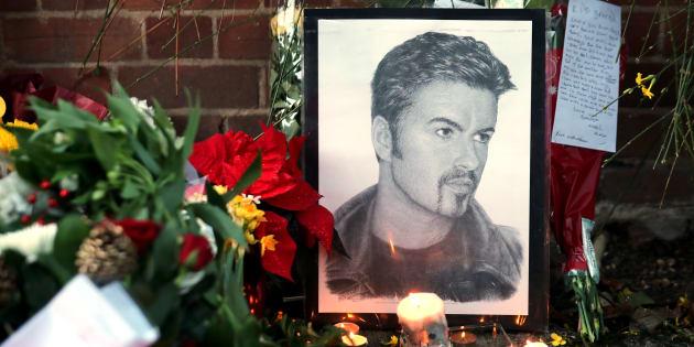 Devant la maison de George Michael à Goring dans le sud de l'Angleterre le 26 décembre.  REUTERS/Eddie Keogh