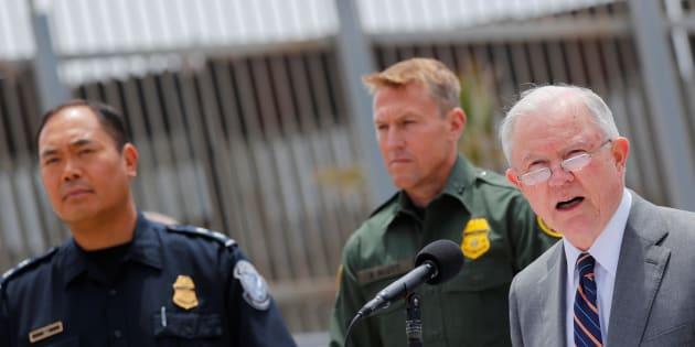 Aux États-Unis, les familles qui entrent illégalement dans le pays seront séparées, avertit le ministre de la Justice.