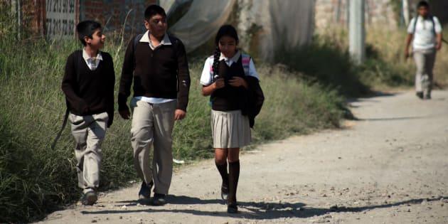Estudiantes de secundaria caminan de vuelta a su casa en la colonia Las Fuentes en Jiutepec, Morelos.