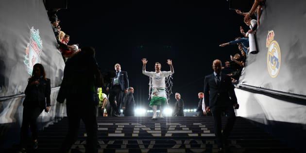 Sergio Ramos del Real Madrid deja el terreno de juego después de la final de la UEFA Champions League entre Real Madrid y Liverpool en el NSC Olimpiyskiy Stadium.