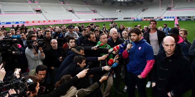Pascal Papé au milieu des journalistes au stade Jean Bouin à Paris le 13 mars 2017.