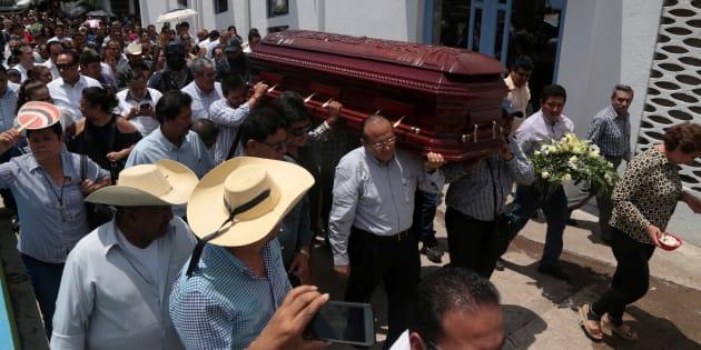 Familiares y amigos llevan el cofre de Abel Montúfar Mendoza, candidato del Partido Revolucionario Institucional (PRI) al Congreso.  Montúfar Mendoza, alcalde con licencia de Coyuca de Catalán, fue asesinado a principios de mayo.