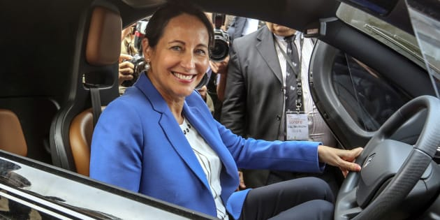 La ministre de l'Environnement Ségolène Royal, à bord d'un véhicule électrique.
