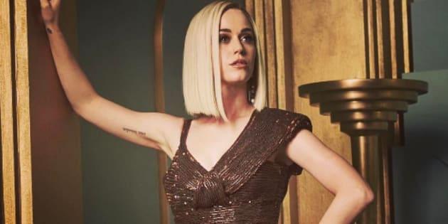 La robe (de face) de Katy Perry lors de la soirée post-Oscars ce dimanche 26 février. De dos, c'est une autre affaire.