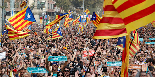 Des Catalans dans les rues de Barcelone, ce 27 octobre.