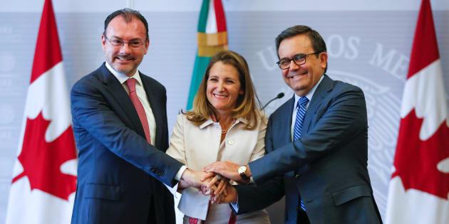 Chrystia Freeland (centre) avec le ministre des Affaires étrangères du Mexique, Luis Videgaray, et celui de l'Économie,   Ildefonso Guajardo.