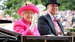 La regina Elisabetta si aumenta lo stipendio per il restauro di Buckingham Palace. Protestano i