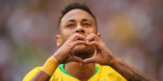 Neymar comemora gol marcado contra o México, seu segundo na Copa da Rússia.
