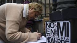 Pour protester contre le rejet de l'avortement, des milliers d'Argentins demandent à l'église d'annuler leur