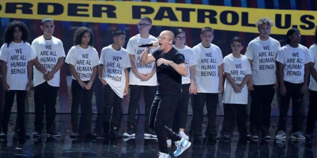 La performance très politique du rappeur Logic, accompagné d'enfants immigrés aux VMAs.