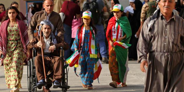 Curdi iracheni arrivano al seggio per votare l'indipendenza durante il referendum di oggi ad Arbil, nella capitale autonoma del kurdistan iracheno, nel nord Iraq