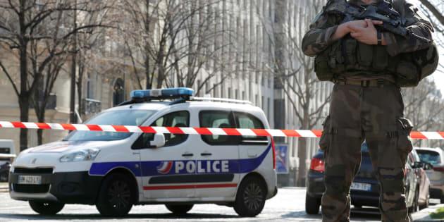 Un policier devant le siège français du FMI à Paris le 16 mars 2017.