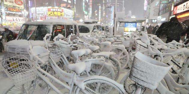 雪が積もった自転車。東京23区には約4年ぶりとなる大雪警報が発令された=22日、東京都新宿区 撮影日:2018年01月22日