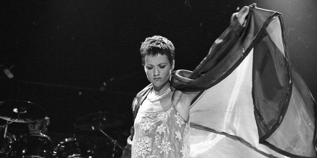 Dolores O'Riordan, cantante The Cranberries,  en una actuación de 1995.