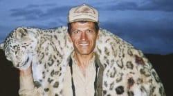 Uccide un raro leopardo delle nevi e si scatta una foto col suo cadavere, cacciatore scatena la furia degli
