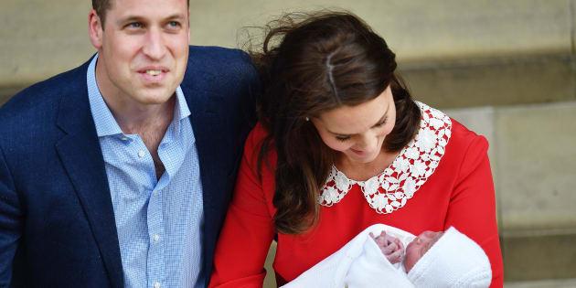 Kate deixa a maternidade em Londres ao lado do marido, William, e do 3º filho.