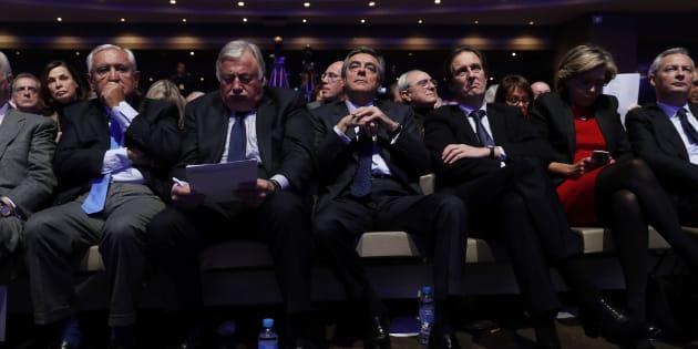 François Fillon entouré des cadres du parti Les Républicains en janvier dernier.