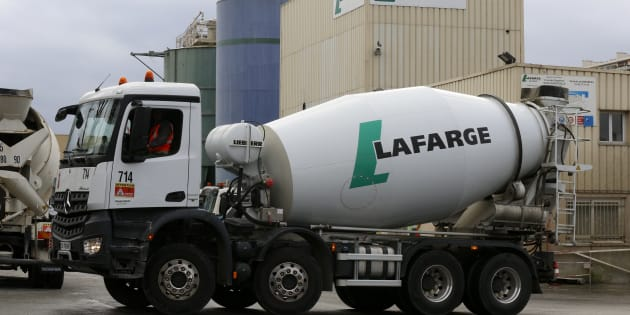 Des camions du cimentier Lafarge à Paris (Image d'illustration).