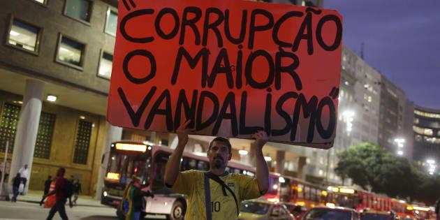 Manifestante em protesto contra corrupção.