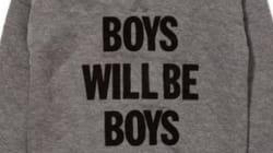 Le message de ce tee-shirt pour garçons pose