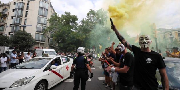 Un conductor de taxi protesta contra las plataformas de Uber y Cabify.