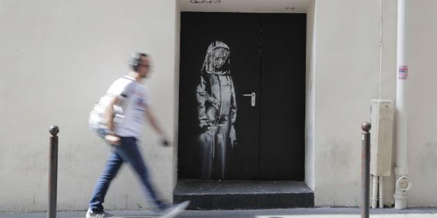 Une oeuvre attribuée à Banksy découverte sur une porte près des issues de secours du Bataclan, le 25 juin.