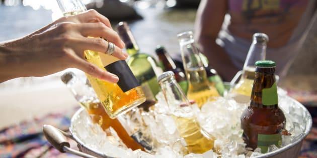 Quando a cerveja estiver parcialmente imersa na água ou no gelo do cooler ou do balde, gire-as de vez em quando para misturar a parte gelada com a outra que não está tão assim.