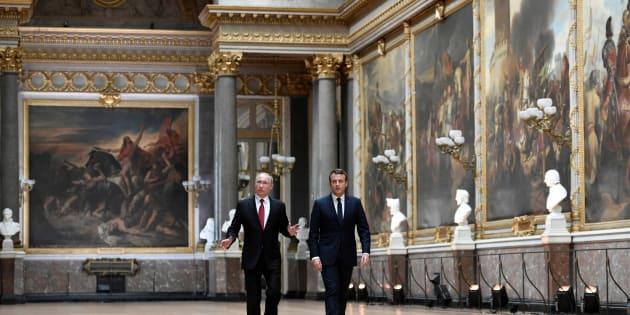 Emmanuel Macron et Vladimir Poutine dans la Galerie des Batailles du Château de Versailles, le 29 mai 2017.
