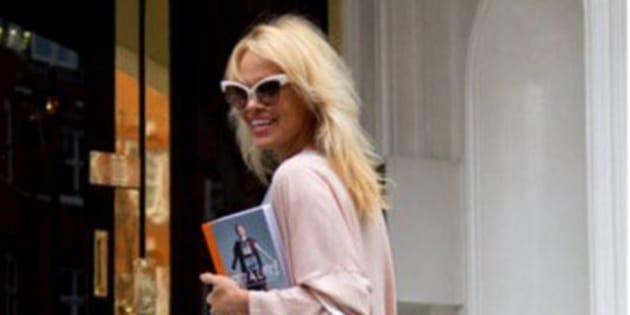 Pamela Anderson en visite à l'ambassade équatorienne de Londres.