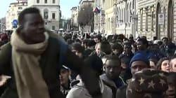 Tensione al sit-in dei senegalesi a Firenze dopo l'uccisione del connazionale Diene. Nardella se ne va dopo insulti e