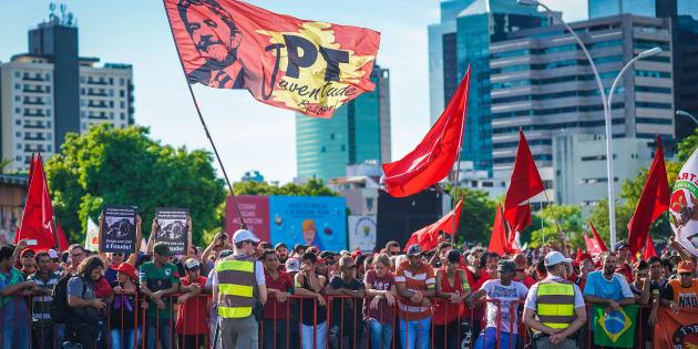 Pessoas de todo o Brasil se mantêm coladas ao gradil que delimita a área bloqueada, entoando cantos e gritos de guerra, na defesa do ex-presidente.