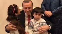 Erdogan reçoit un bisou de Bana , la fillette qui incarne l'horreur