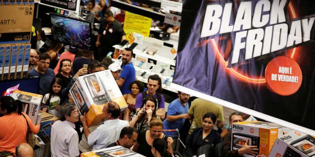 Compradores en las rebajas de Black Friday en Sao Paulo, Brasil. REUTERS/Nacho Doce