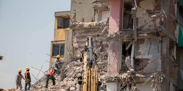 Trabajadores continúan con la demolición de un edificio afectado tras el sismo del pasado 19 de Septiembre, en el cruce de las calles Toluca y Huatabampo en la colonia Roma.