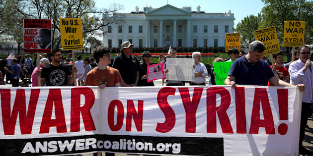 Demonstrators protest after the missile strikes on Syria, outside the White House in Washington, U.S., April 14, 2018. REUTERS/Yuri Gripas