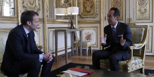 Emmanuel Macron et le directeur général de Samsung Young Sohn à l'Elysée le 28 mars 2018.