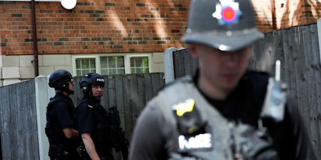 Salman Abedi identifié comme l'auteur de l'attentat de Manchester (Photo: des policiers en faction près de l'endroit où un homme a été interpellé après l'attentat de Manchester, le 23 mai 2017)