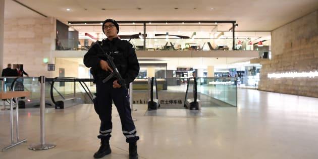 Un policier au Louvre, le 3 février.