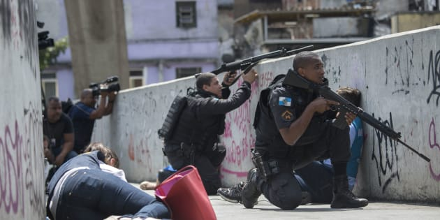 Eles foram acompanhados por policiais militares e alguns grupos se espalharam pelas principais ruas da localidade, no interior da favela.