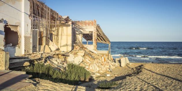 Edificio destruido en una localidad costera española después de una tormenta.